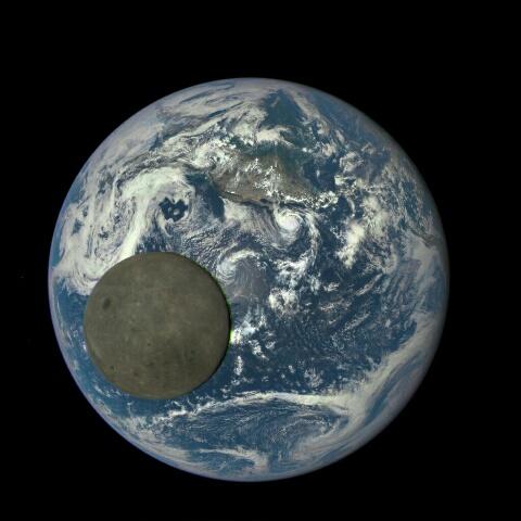 満月は白く輝やかない