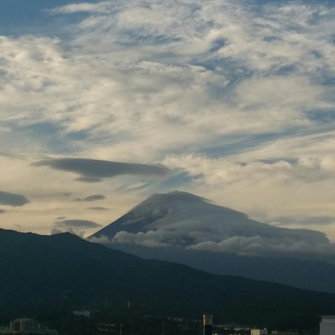 雲に巻き付かれた富士山