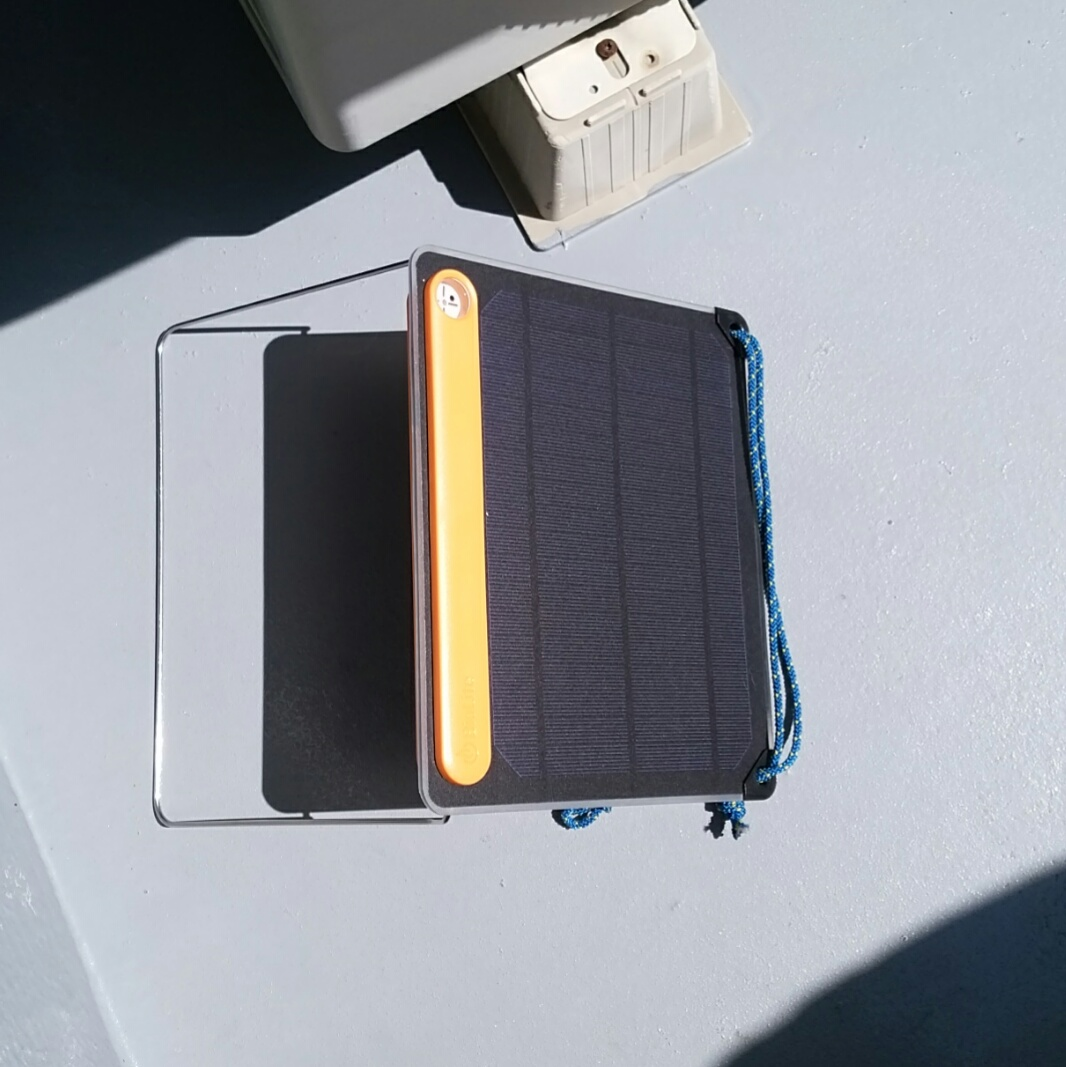 太陽電池でスマートフォンを充電する